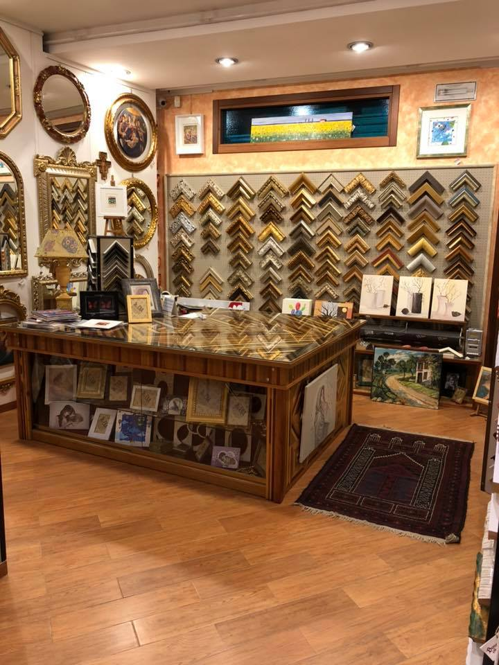 negozio scrivania e cornici